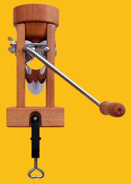 Eschenfelder Flockenquetsche Tischmodell mit Holztrichter -Rückseite