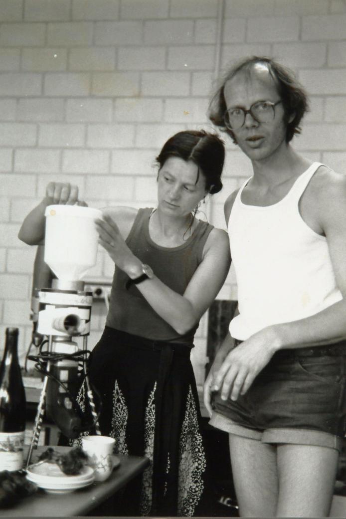 Wolfgang Mock mit erster Getreidemühle (1977)