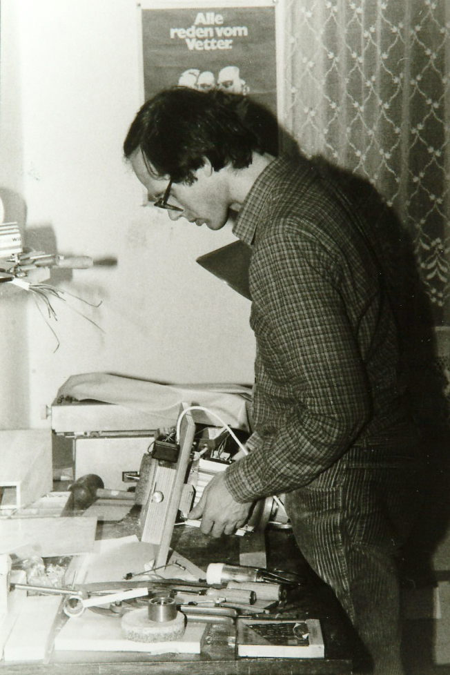 Wolfgang Mock baut zu Hause hawos-Getreidemühlen (1978)